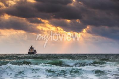 Fototapeta Nastavení u moře s plachtění nákladní lodi Sun