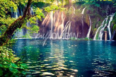 Fototapeta Poslední sluneční světlo rozsvítí vodopád čisté vody na Národním parku Plitvice