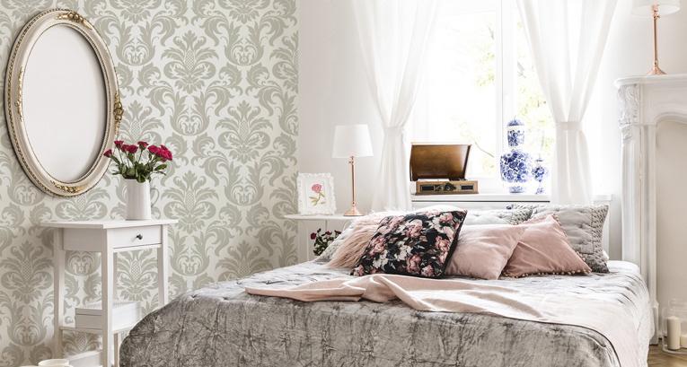 Ložnice ve stylu glamour s využitím fototapet